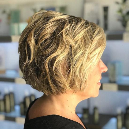 Короткие текстурированные волосы - прически для женщин за 60 на лето 2021
