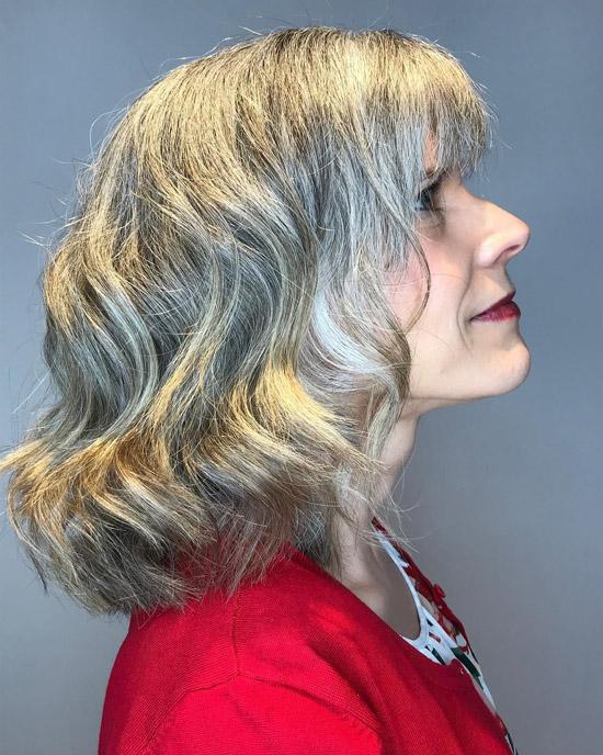 Прическа средней длины с очаровательной челкой - прически для женщин за 60 на лето 2021