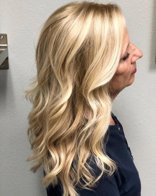Светлые волосы с длинными волнами - прически для женщин за 60 на лето 2021