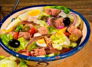 Вкусный салат с тунцом и яйцом: легкое решение, когда у вас мало времени