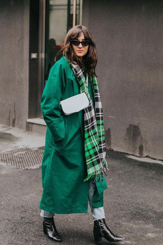 Образ с зеленым плащом и шарфом на весну 2021