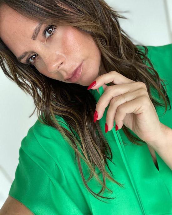 Виктория Бекхэм в зеленом платье и с красным маникюром