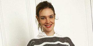 Наталья Водянова умело дополняет подаренный свитер белой рубашкой и джинсами