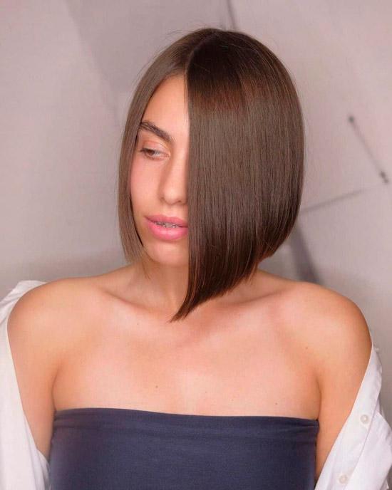 Асимметричный боб на гладких ухоженных волосах