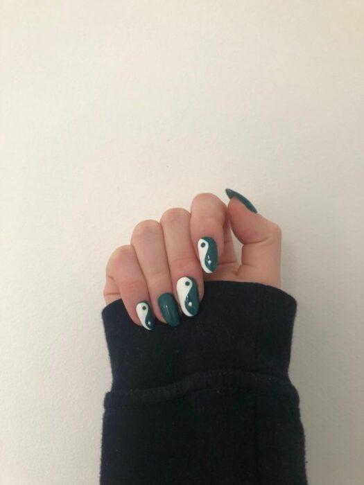Бело-зеленый маникюр инь янь на овальных ногтях средней длины