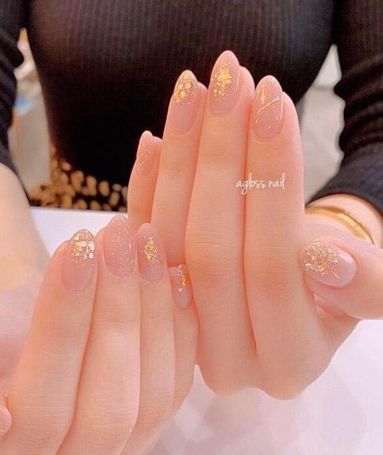 Бежевый маникюр на красивых овальных ногтях с золотой фольгой