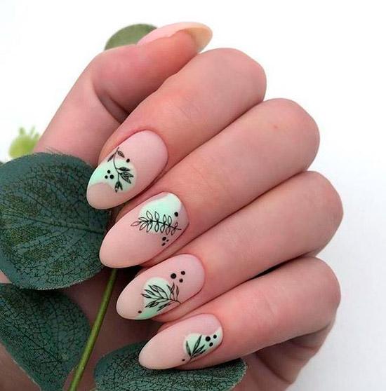 Бежевый маникюр с черными листьями на овальных ногтях