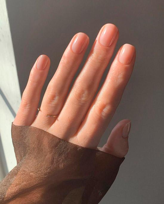 Бежевый маникюр с глянцевым блеском на натуральных коротких ногтях