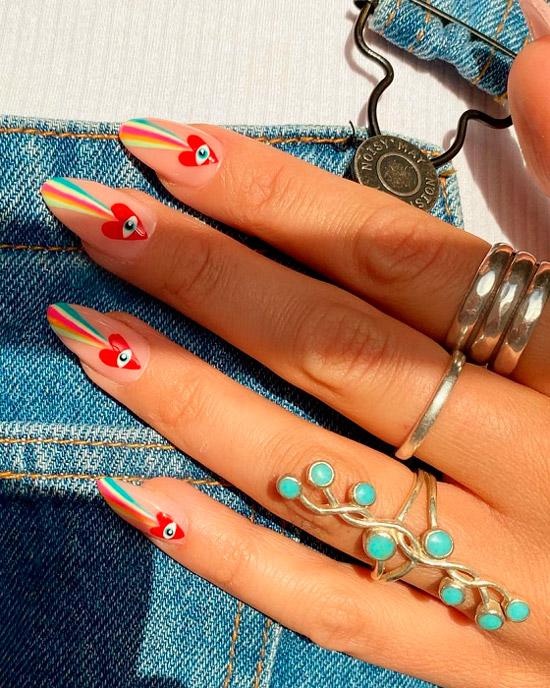 Бежевые ногти с красными сердцами и разноцветными полосами