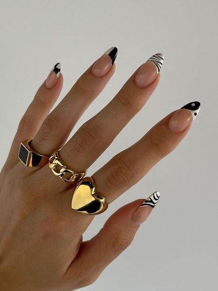 Черно-белый френч с узорами на длинных ногтях