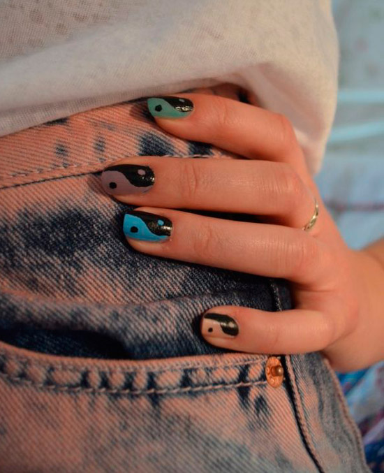 Черно синий маникюр инь янь на квадратных ногтях средней длины