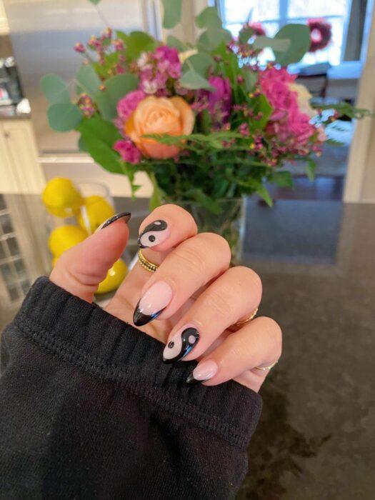 Черный маникюр инь-янь на ногтях средней длины
