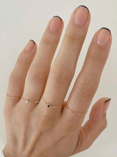 Черный тонкий френч на коротких ногтях