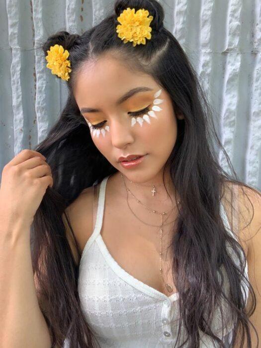 Девушка с весенним макияжем, темные длинные волосы с пучками с цветами