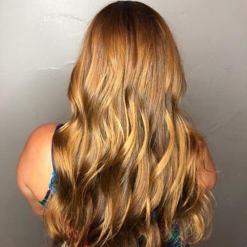 Девушка с блестящими волосами медового оттенка