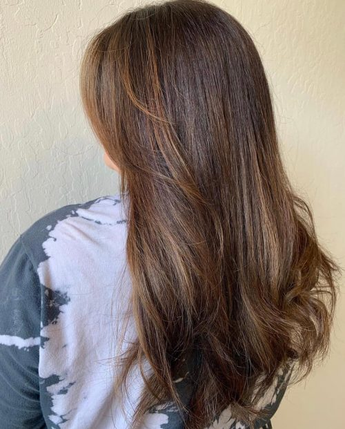 Девушка с длинными натуральными волосами с естественными золотыми прядями