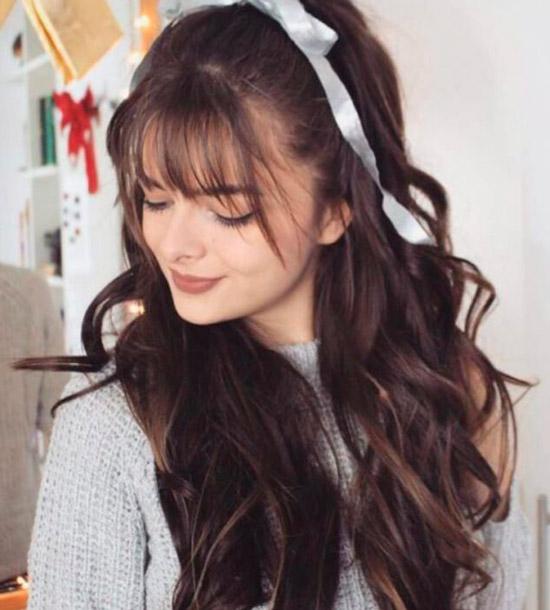 Девушка с длинными натуральными волосами с удлиненной челкой