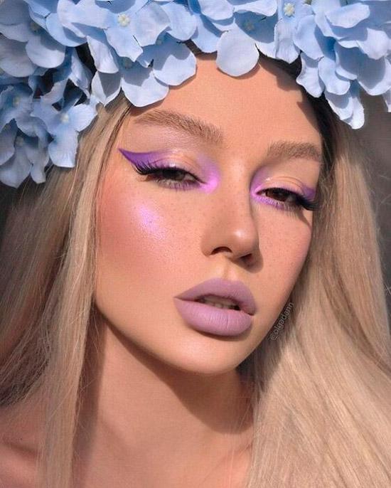 Девушка с фиолетовым макияжем со стрелками и матовая помада