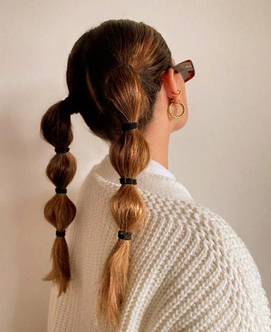 Девушка с интересными косичками на натуральных волосах