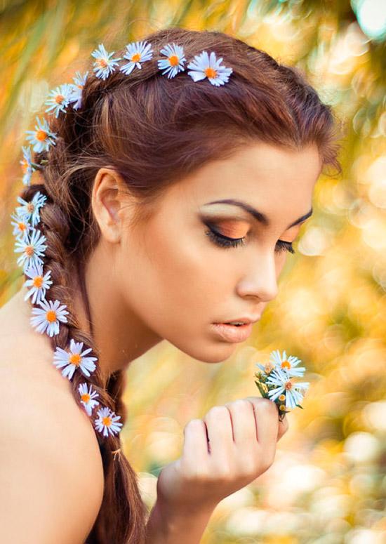 Девушка с коричневым макияжем, французские косы с живыми ромашками