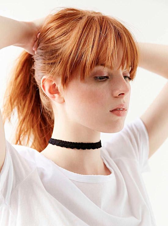Девушка с красивыми медными волосами с удлиненной челкой