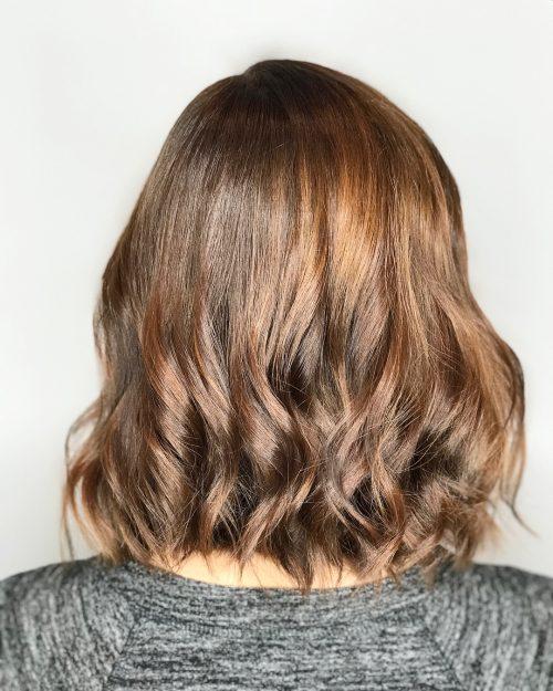 Девушка с красивыми ухоженными волосами с золотым блеском