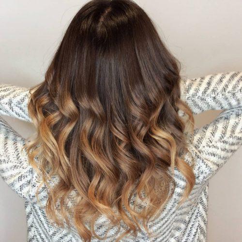 Девушка с натуральными каштановыми волосами с золотыми прядями снизу