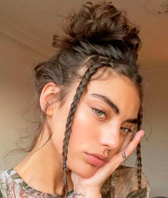 Девушка с натуральными ухоженными волосами собранные на затылке