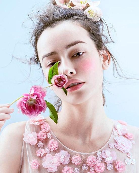 Девушка с нежным естественным макияжем, волосы собраны сзади с цветами