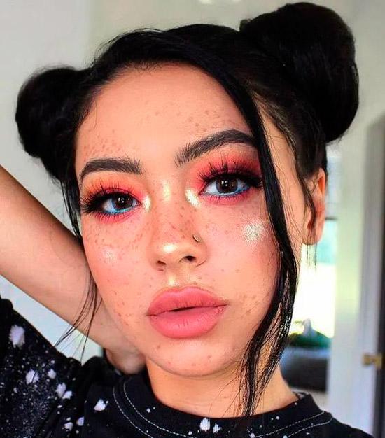 Девушка с розовым макияжем, волосы собраны в два пучка