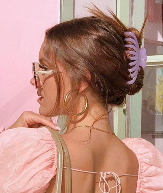 Девушка с ухоженными волосами собранные крабиком
