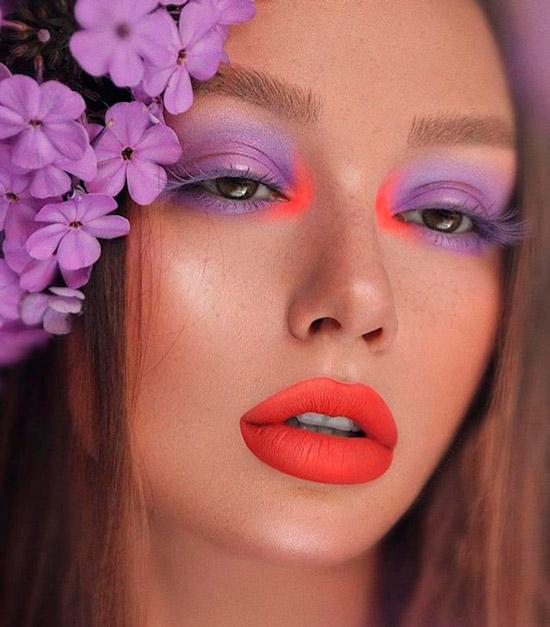 Девушка с весенним фиолетовым макияжем и яркой красной помадой