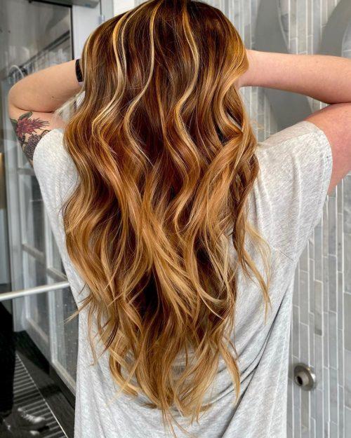 Девушка с волосами карамельного цвета с более светлыми прядями