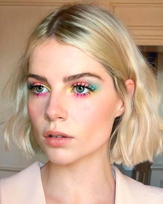 Девушка с ярким разноцветным макияжем, светлые короткие волосы пробором по середине