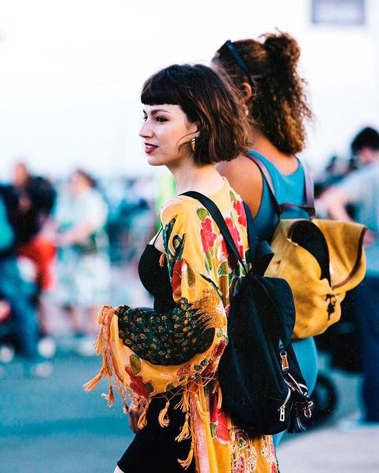 Девушка со стрижкой короткий боб на темных волосах и мини челка