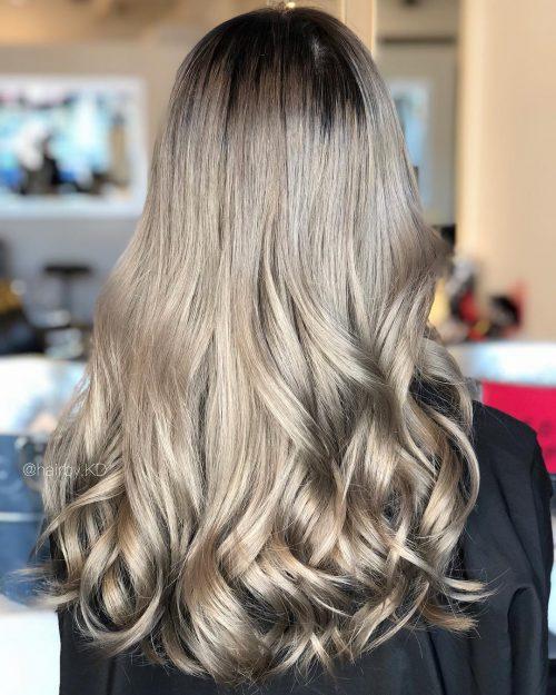 Девушка со светлыми длинными волосами пепельного оттенка