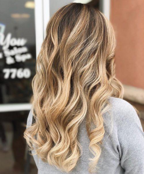Девушка со светлыми волосами с свободными локонами