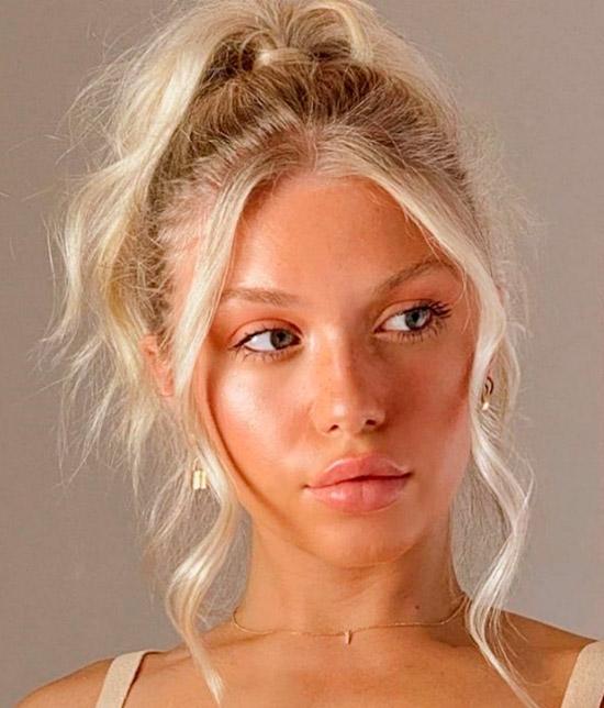 Девушка со светлыми волосами собранные в высокий хвост с прядями спереди