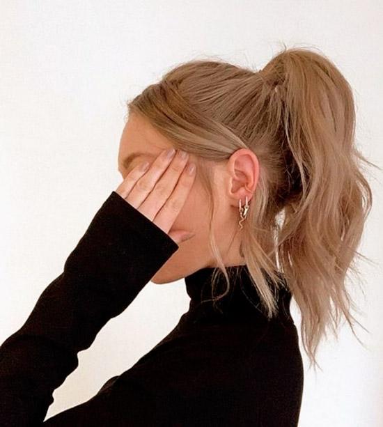 Девушка со светлыми волосами собранные в высокий хвост