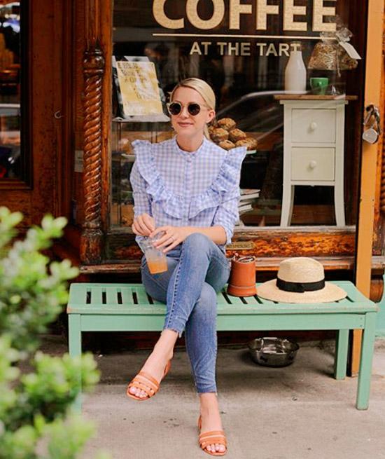 Девушка в голубых джинсах, интересная рубашка в клетку и открытые сандалии на плоской подошве