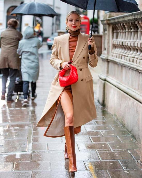 Девушка в классическом бежевом пальто, коричневое платье в обтяжку и яркая красная мини сумочка