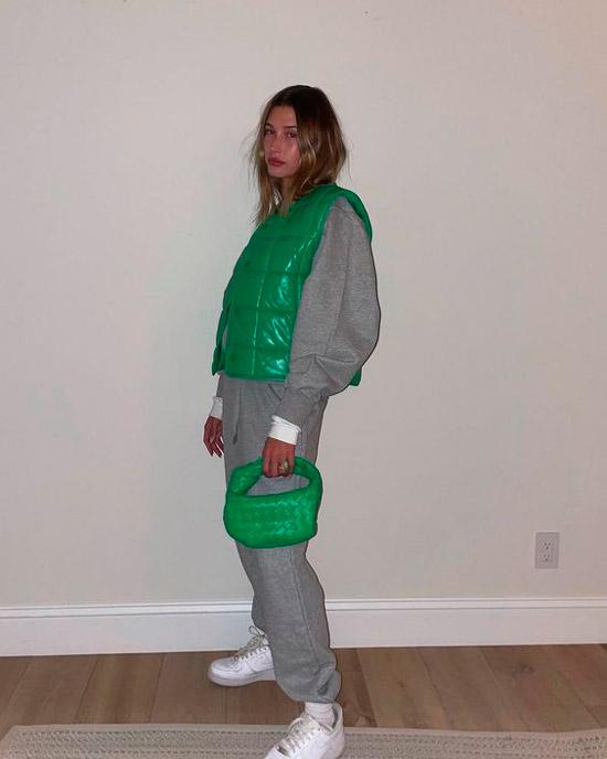 Девушка в сером спортивном костюме, зеленый жилет и мягкая яркая сумочка