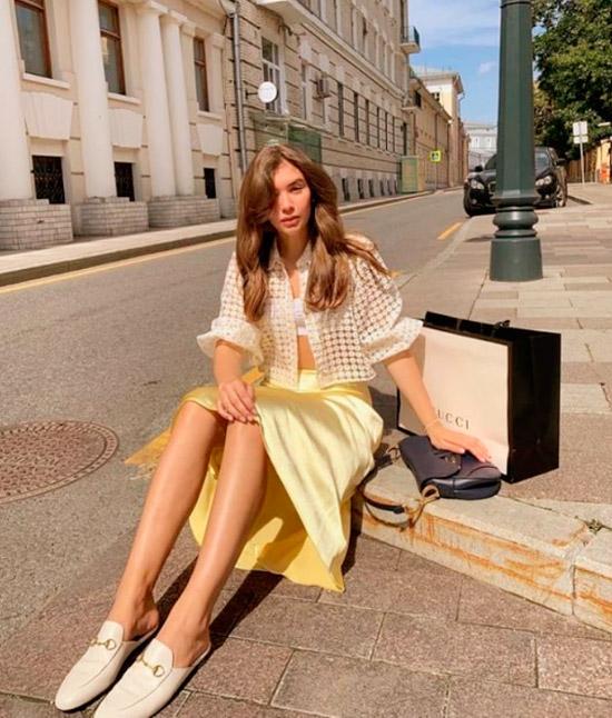 Девушка в шелковой юбке миди, укороченная рубашка и светлые лоферы