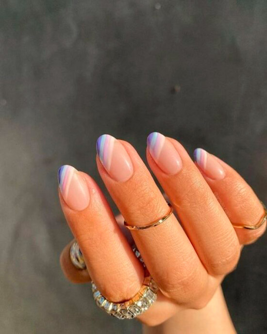 Диагональный френч в нежных фиолетовых оттенках на овальных ногтях средней длины