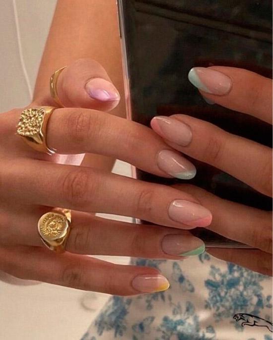 Диагональный френч в пастельных оттенках на овальных ногтях