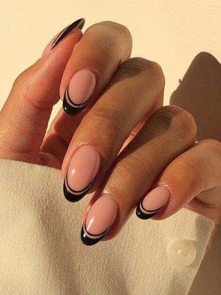 Двойной черный френч на овальных ногтях