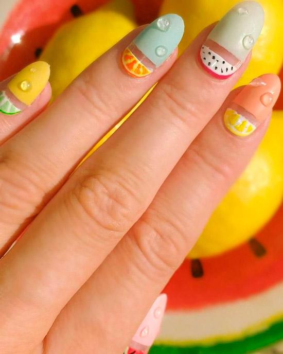 Фруктовый маникюр в пастельных оттенках на овальных ногтях