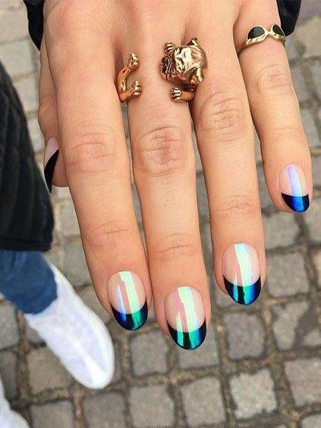Голографический френч на овальных ногтях средней длины