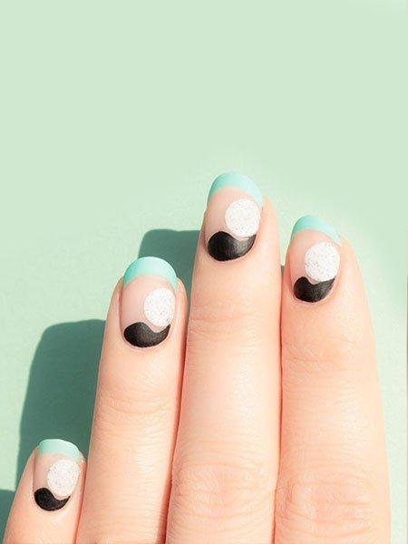 Голубой френч с черными и белыми акцентами на овальных ногтях средней длины