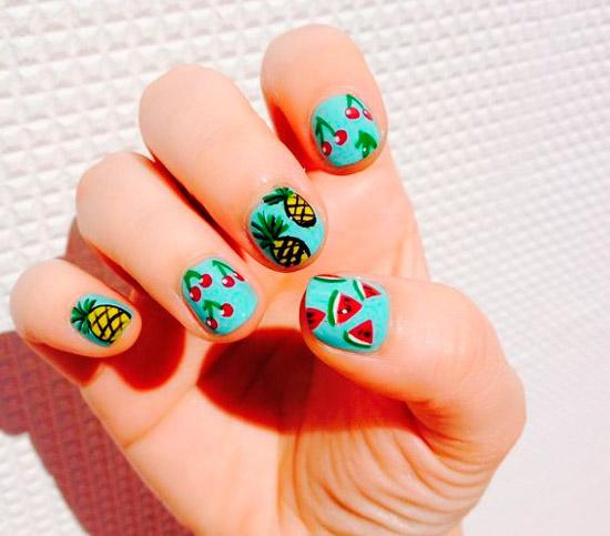 Голубой маникюр с разными фруктами на коротких ногтях